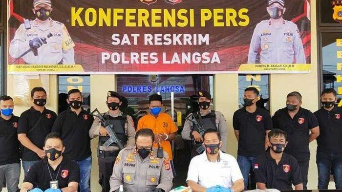 Polisi memperlihatkan ZW tersangka kasus pembunuhan mayatnya dibuang ke dalam sungai di Mapolres Langsa, Minggu (25/7/2021).