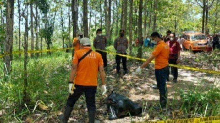 Polisi mengevakuasi mayat perempuan terbungkus kantong plastik hitam di kawasan hutan wilayah Dusun Besole, Desa Juworo, Kecamatan Geyer, Kabupaten Grobogan, Jawa Tengah, Rabu (13/10/2021).