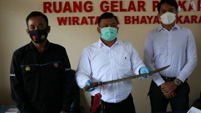 Kesal Dituding Buang Bangkai, Pria Ini Nekat Bacok Istri Tetangga serta Anak Balitanya
