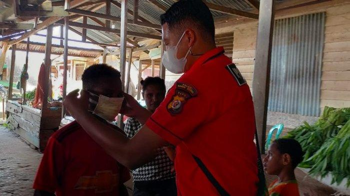 Satreskrim Polres Boven Digoel Bagikan Masker dan Makanan Gratis ke Pedagang Pasar