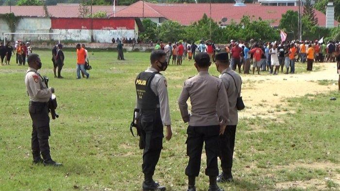 Polres Sorong Kota Bubarkan Pertandingan Sepak Bola yang Sebabkan Kerumunan Massa