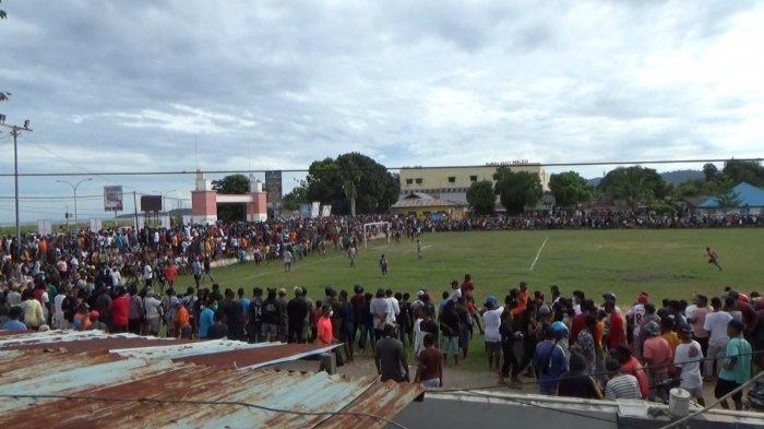 Kerumunan di pertandingan sepak bola yang berlangsung di lapangan Hoky, Sorong