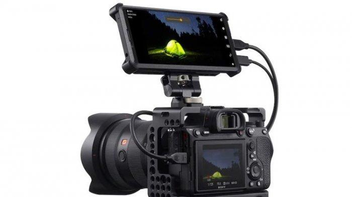 Ponsel Xperia Pro yang tengah disambungkan dengan kamera mirrorless Sony Alpha melalui kabel micro HDMI.