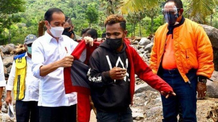 Kunjungi NTT, Jokowi Sempat Lepas Jaket dan Memakaikannya ke Warga Korban Banjir