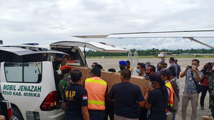 Jenazah Dua Guru Korban Penembakan KKB di Beoga Dievakuasi oleh TNI-Polri ke Mimika