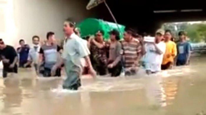 Viral Video Warga Gotong Keranda Jenazah dan Terobos Banjir di Jombang, Ini Kata Perangkat Desa