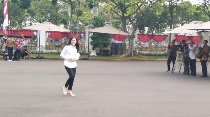 Senyum Angela kala Datang ke Istana Jelang Pengumuman Calon Wakil Menteri Jokowi
