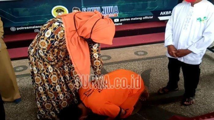Curi Motor untuk Berjudi, Pemuda di Malang Berlutut dan Cium Kaki Ibu: Saya Minta Maaf