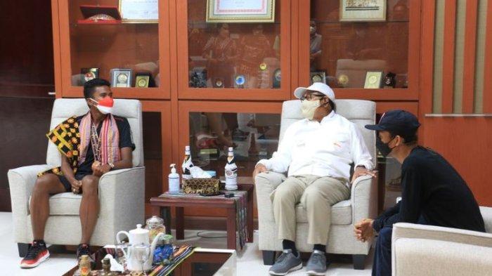 Raju Sena Seran, atlet selancar (kiri), saat bertemu dengan Wakil Gubernur NTT Josef Nae Soi, di kantor Gubernur NTT