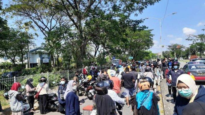 Ratusan pengendara dilakukan tes swab antigen secara massal saat melintas di pos penyekatan Jembatan Suramadu sisi Surabaya, Minggu (6/6/2021).