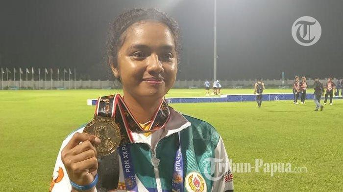 PON XX PAPUA - Atlet Cabor Cricket Papua Redstya Evelin Soselisa (24) mengenggam medali emas pertama bagi Papua, dalam PON XX di Arena Cricket Doyo Baru, Minggu (26/9/2021).