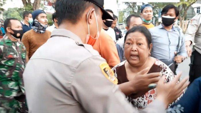 Polisi Tembak Gas Air Mata Kena Warga, Seorang Ibu Marah: Itu Orangtua Lagi Sakit, Aku Tuntut Kalian