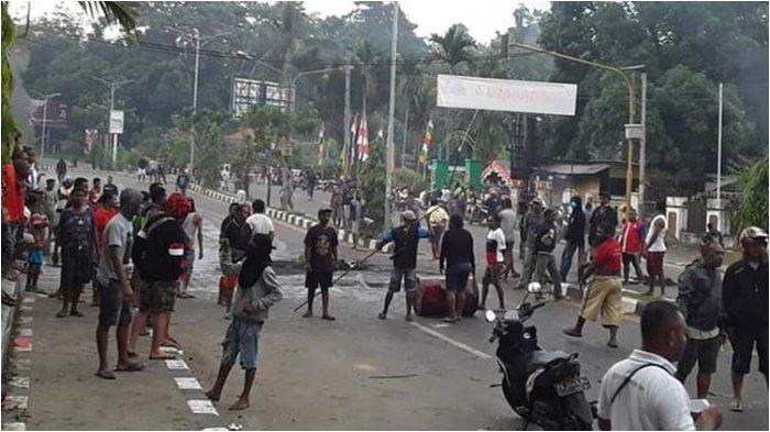 Kerusuhan di Manokwari, Polisi Tembakkan Gas Air Mata untuk Hentikan Aksi Anarkis Massa