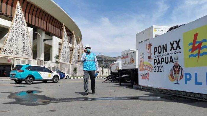 Salah satu petugas PLN yang tengah bertugas di Stadion Lukas Enembe, Kabupaten Jayapura, Papua.