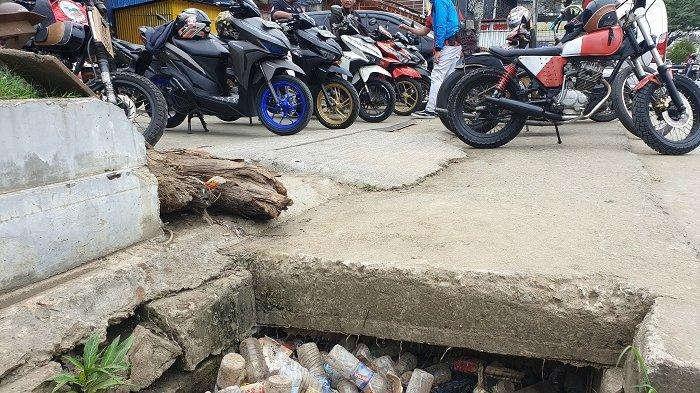 Waspada Banjir, Botol Plastik Penuhi Drainase Kawasan Abepura