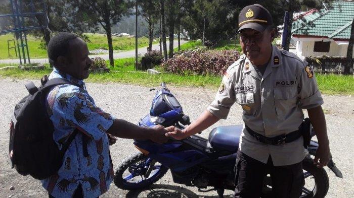 Binmas Noken Polri Sambangi Kampung Kimak Ilaga Pasca-Aksi Teror KKB, Kepala Suku Sempat Diancam KKB