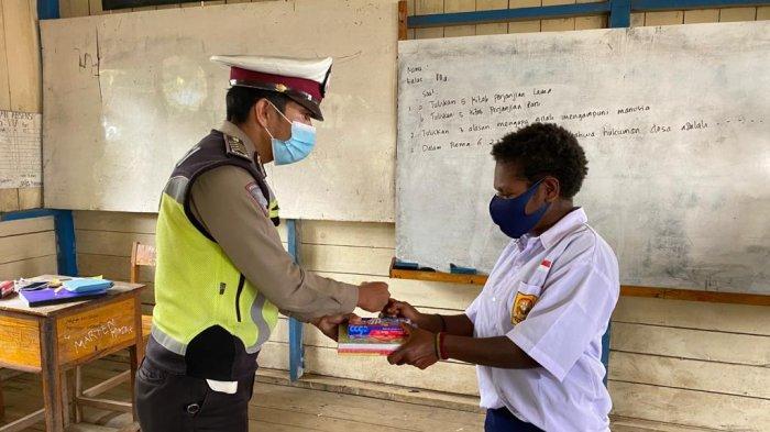Peduli Pendidikan, Polres Tolikara Berikan Bantuan Alat Tulis ke Siswa SMP Karubaga