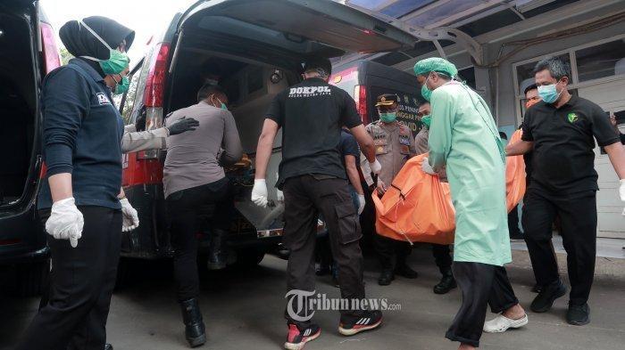 Petugas DOKPOL Mabes Polri memasukan kantong jenazah korban kebakaran saat akan dibawa ke RS Kramat Jati di RSUD Kabupaten Tangerang, Tangerang, Banten, Rabu (8/9/2021). Sebanyak 41 warga binaan tewas akibat kebakaran yang membakar Blok C 2 Lapas Dewasa Tangerang Klas 1 A pada pukul 01.45 WIB Rabu dini hari.