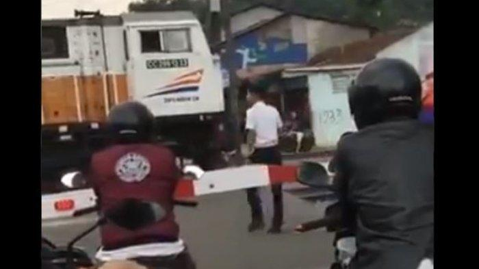 Penjelasan PT KAI soal Video Viral Masinis Beli Makanan saat Kereta Berhenti di Perlintasan