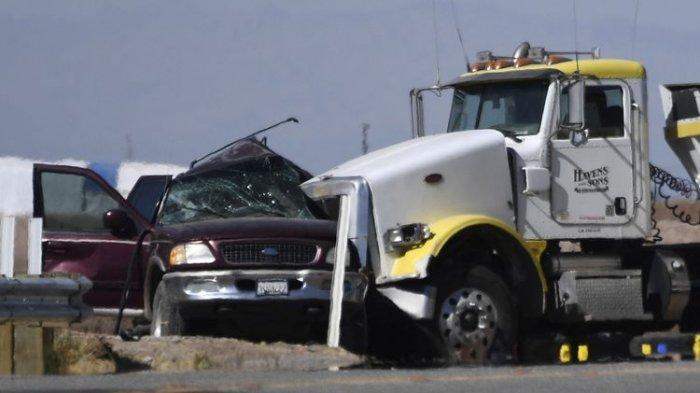 Mobil SUV Berpenumpang 25 Orang Tabrak Truk Pengangkut Kerikil, 15 Orang Tewas