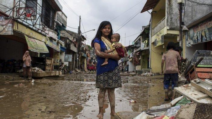 Kumpulan Foto seusai Banjir di Bekasi, Bus hingga Mobil Terbalik, Warga Amankan Barang Berharga