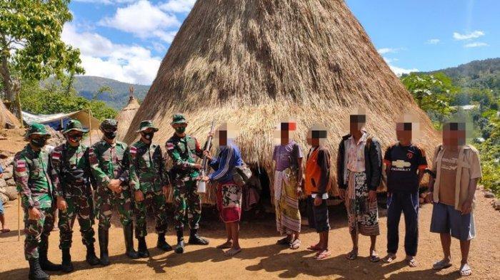 Warga Perbatasan RI-Timor Leste Serahkan 23 Senjata Api dan 2 Granat Peninggalan Orangtua ke TNI