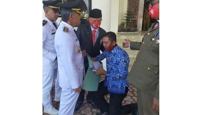 Seorang ASN Berlutut di Hadapan Bupati Aceh Utara, Menangis Minta Istrinya Diangkat Jadi Honorer