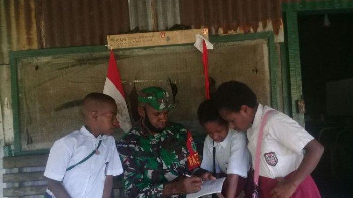 Datangi Rumah Siswa untuk Mengajar saat Pandemi, Ini Kisah Serda Panius di Mimika Papua