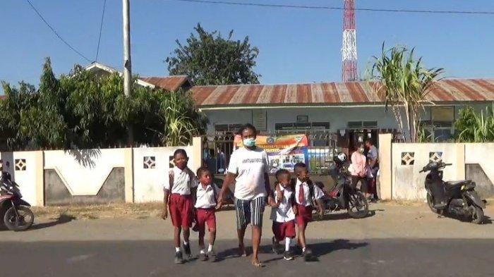 Siswa-siswi di kota Maumere Kabupaten Sikka, NTT, dipulangkan dari sekolah, Senin (26/7/2021).