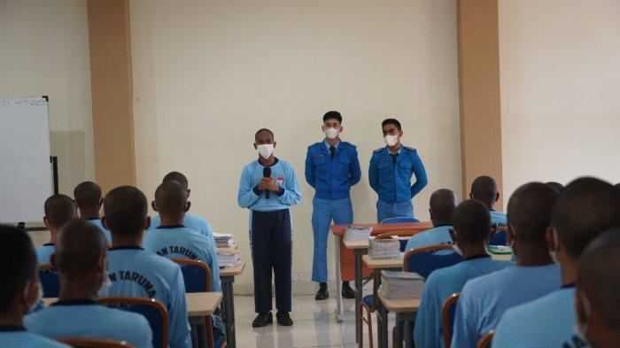 Howitser Hedon Pesireron dan Marco Antonio P. Butar Butar, Siswa kelas 12 SMA Taruna Nusantara ketika memberikan arahan SMA Unggulan Taruna Kasuari Nusantara di Manokwari