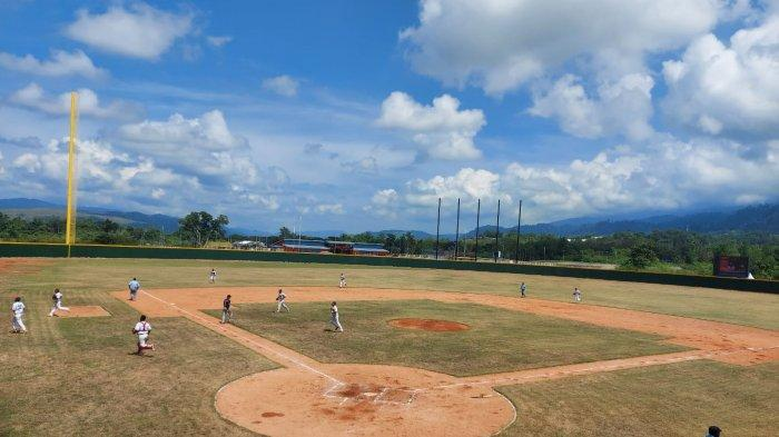 Personil Polres Jayapura Amankan Jalannya Pertandingan Softball PON XX di Lanud Silas Papare