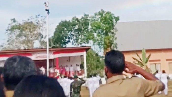 Viral Video Seorang Pria Nekat Panjat Tiang Licin untuk Pasang Bendera: Talinya Saya Gigit