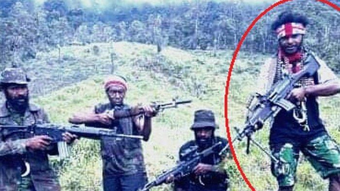 Sosok Egianus Kogoya (dilingkari) yang dianggap oleh TNI/Polri sebagai orang yang paling bertanggungjawab terhadap berbagai aksi penembakan di Kabupaten Nduga, Papua