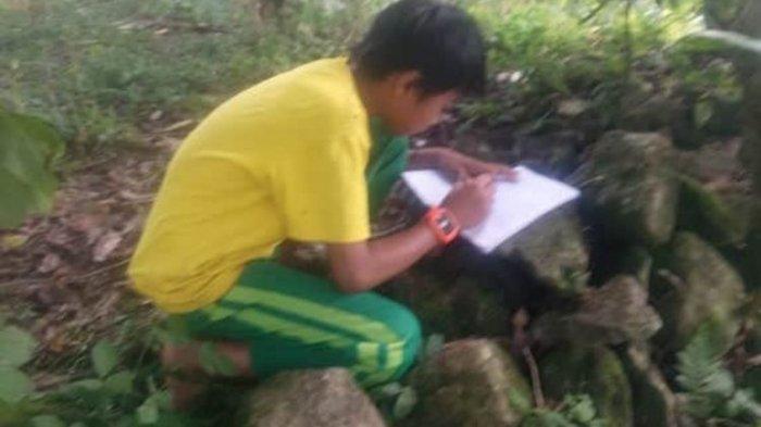 Perjuangan Siswa di Bulukumba Belajar Online, Jalan Kaki Daki Bukit dan Seberangi Sungai demi Sinyal