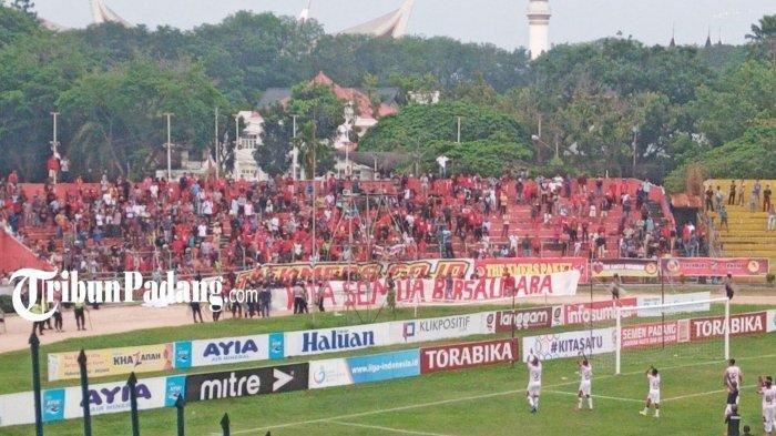 Suporter Bentangkan Spanduk Besar 'Kita Semua Bersaudara' di Laga Semen Padang Vs Persipura Jayapura