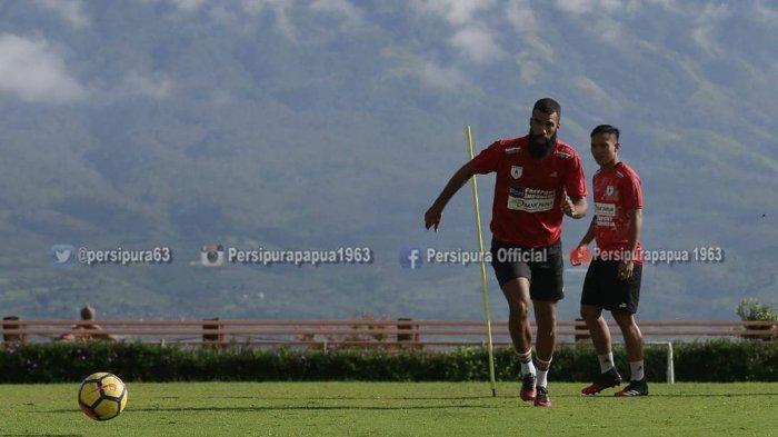 Bersama Persipura, Jacksen F Tiago Optimis Sylvano Comvalius Bisa Temukan Performanya yang Hilang