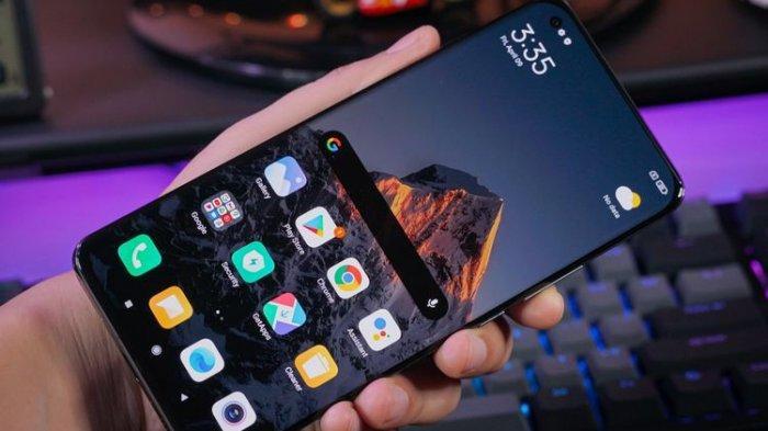 Tampilan Xiaomi Mi 11 Ultra dari depan nyaris tidak bisa dibedakan dari Mi 11, apalagi ukuran layarnya juga serupa dan sama-sama didesain melengkung (curved) di sisi kiri dan kanan.