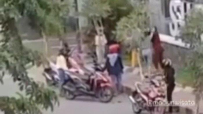 Viral Video Ibu-ibu Ribut di Depan Mal, Bermula Satu Lempar Uang dan Lainnya Lempar Barang
