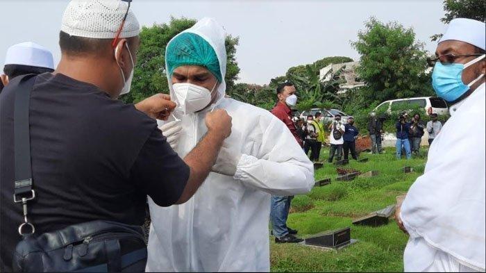 Tangis Teddy Syach Pecah di Pemakaman Rina Gunawan: Aku Ikhlas, Aku Sudah Ikhlas