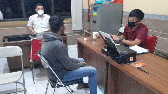 Terduga pelaku penyebaran slide video tak senonoh pacarnya yang masih berusia SMP di Tasikmalaya diamankan petugas Satreskrim Polresta Tasikmalaya, Kamis (3/6/2021).