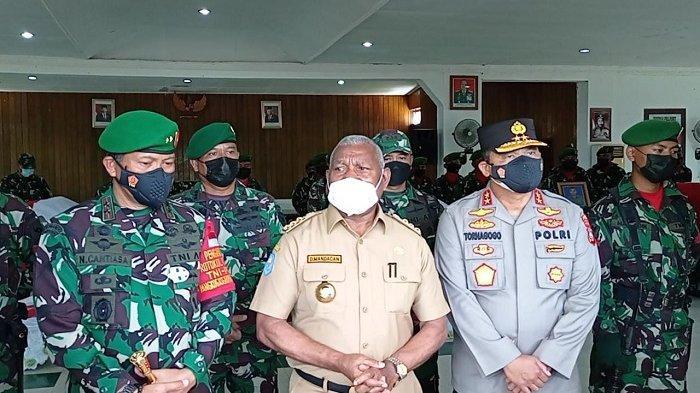 Gubernur Papua Barat Dominggus Mandacan (tengah) bersama Pangdam dan Kapolda memberikan keterangan terkait penangkapan dua orang terduga separatis di Aula Praja Vira Tama Sorong, Jumat (3/9/2021).