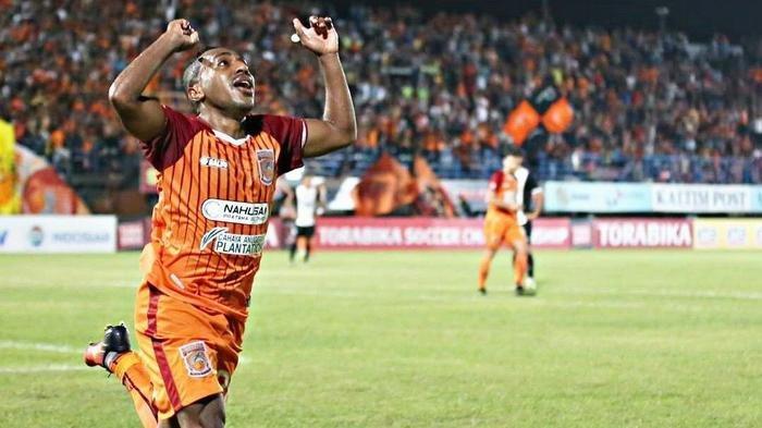 Si Kilat Bersyukur Bertemu Boaz Di Borneo FC, Terens Puhiri : Ia Adalah Panutan Pemain Papua