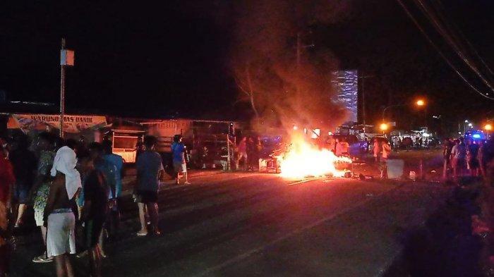 Pengguna Jalan Trikora Sowi Marampa Tertahan Akibat Blokade Warga