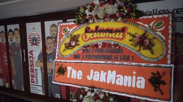 The Jakmania mengirimkan papan bunga ke Persija Jakarta