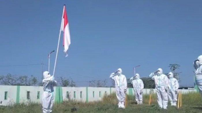 Upacara HUT RI di Pemakaman Jenazah Covid-19 di Madiun, Bendera Merah Putih Dikibarkan Para Relawan