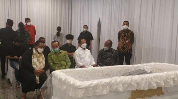 Wakil Gubernur Provinsi Papua Klemen Tinal berpulang pada Jumat (21/5/2021) pagi. Kini, jenazah yang bersangkutan tengah disemayamkan di rumah duka Sentosa, RSPAD, Jakarta Pusat, terdapat tokoh penting yang menyambangi rumah duka tersebut.