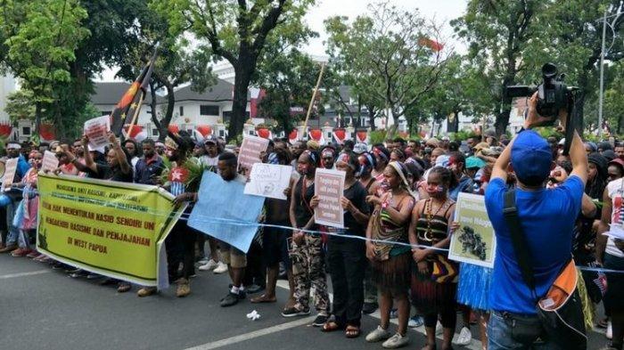 Demo Tolak Rasisme, Massa Kenakan Baju Adat Papua saat Longmarch dari Kemendagri ke Istana Negara