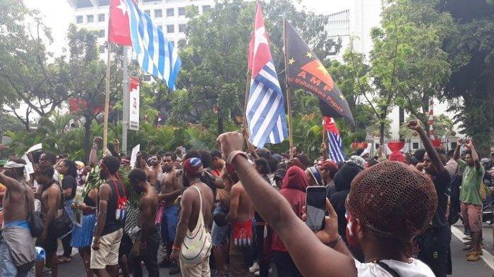 Mahasiswa Papua Menari Tari Wisisi saat Demo di Depan Istana Negara