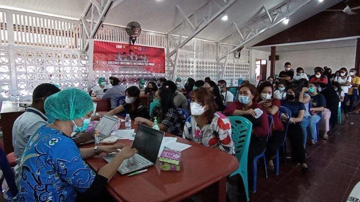 HUT Bhayangkara, Sejumlah Ladies Antusias Ikut Vaksinasi Massal di Polres Manokwari
