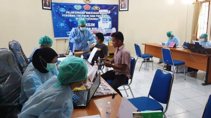 Tim Puskesmas Karubaga Tolikara Gelar Vaksinasi Covid-19 untuk TNI-Polri dan Guru